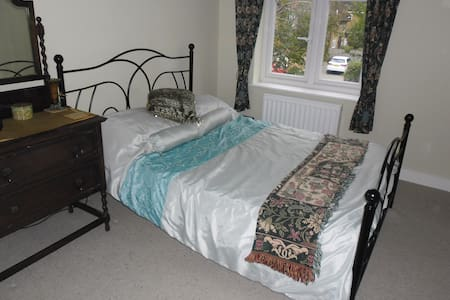 Double bed, shared bathroom - Watford