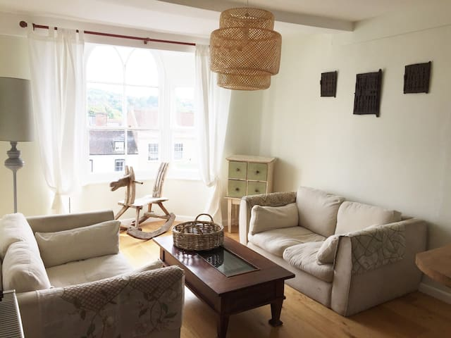 Central and Sunny 2 bedroom flat in Marlborough UK