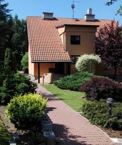 Dům se zahradou  u lesa a rybníku.