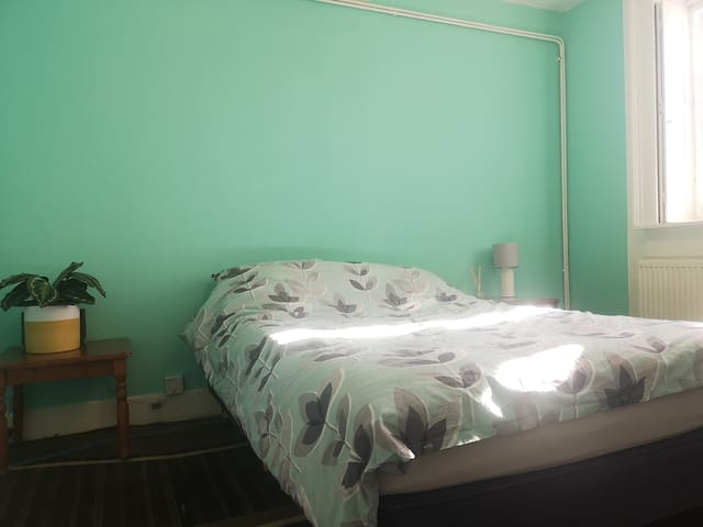 Large double room on Dover beachfront