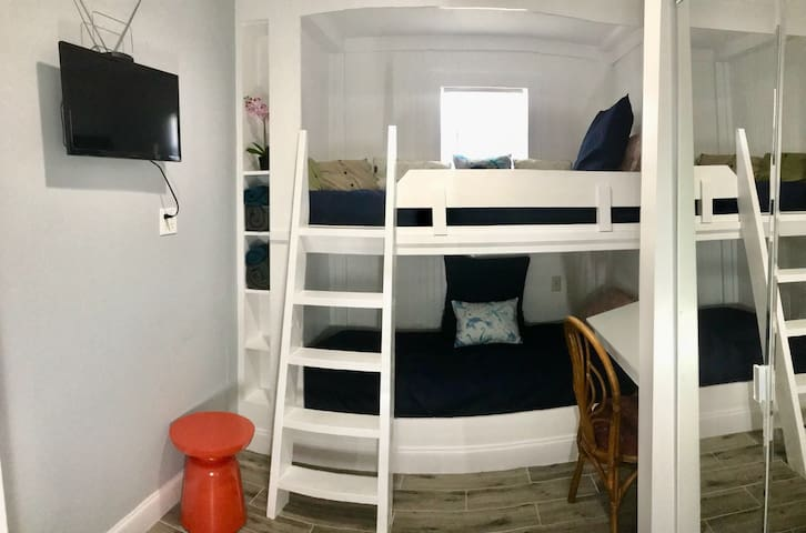 Bunk bed near the beach and Wilton Manors