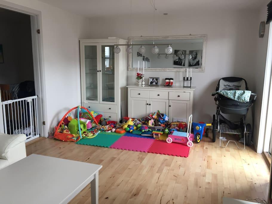 Legeplads med masser af legetøj, barnevogn&klapvogn kan man også bruge