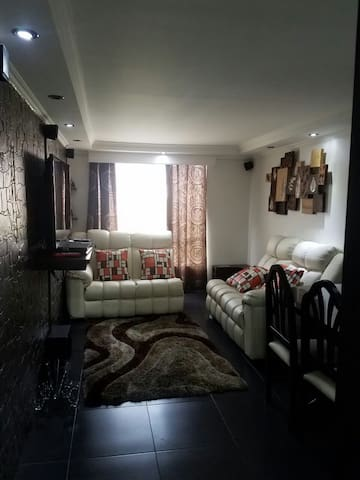 Nice, cozy, & very clean apartment-20 min airport