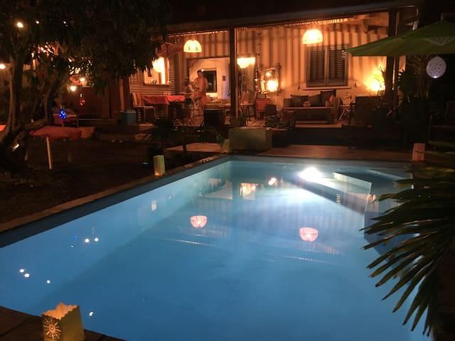 Villa avec piscine et jardin tropical