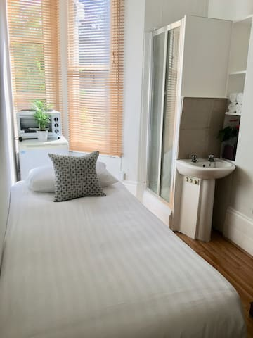 Good Value single room West Kensington - Edith 7