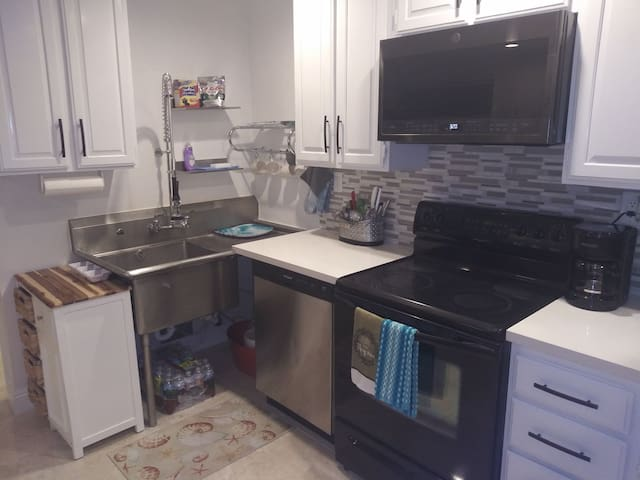 Close to all upscale 1 br will a/c by park monthly