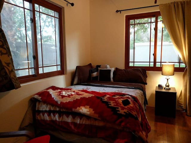 Cozy Poolside Bedroom Next to ASU - Tempe - House