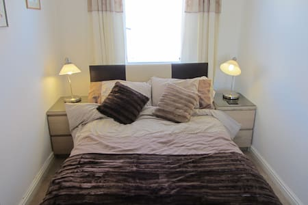 BRIGHT & AIRY DOUBLE ROOM (2) - Bed & Breakfast