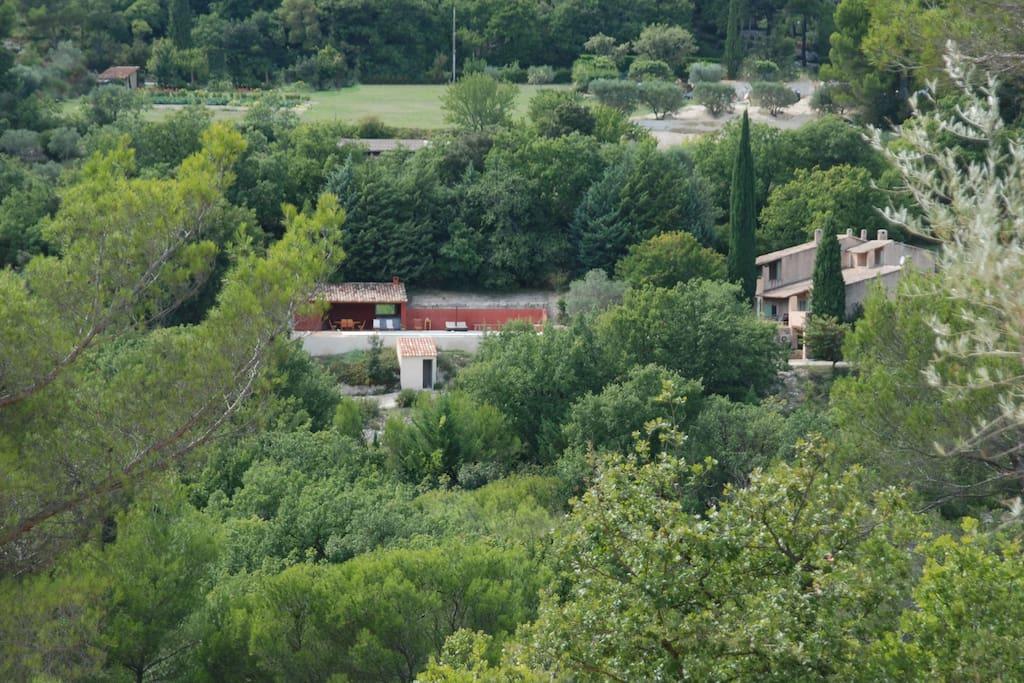 Vue générale de l'ensemble de la propriété, à gauche le pool house, à droite la maison