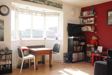E9, overlooking Regents Canal - London - Apartment
