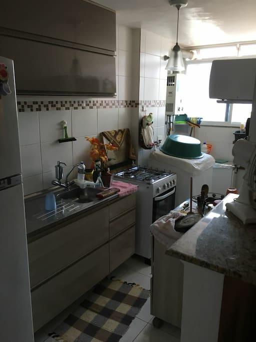 cozinha e área de serviço, muito aconchegante.