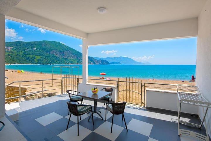 Beachfront Studio Apartment on Jaz Beach