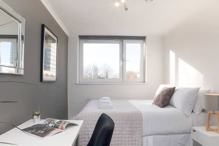 Uber Clean, Modern & Luxurious Room close to River