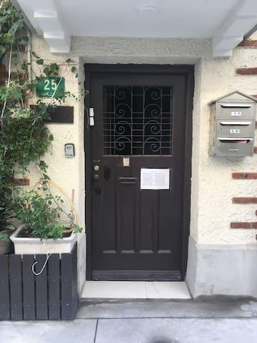 房间大门入口。