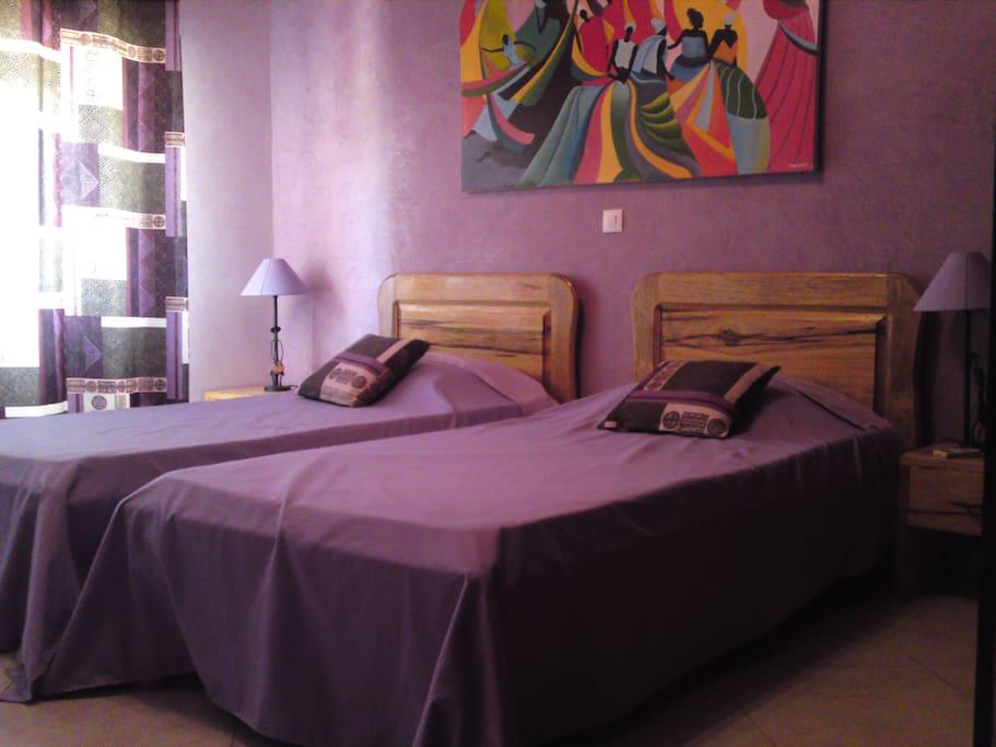 Un chambre à l'étage avec deux lits simples