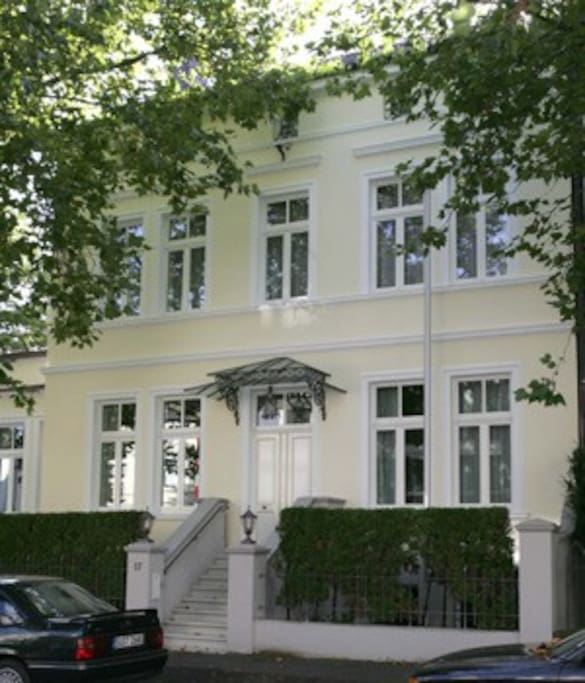 Der Wohnraum ist in dieser schönen, denkmal-geschützen Villa im Zentrum von Bad-Godesberg