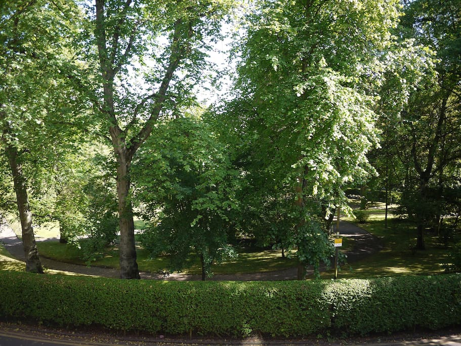Flat overlooks private garden - booking includes access