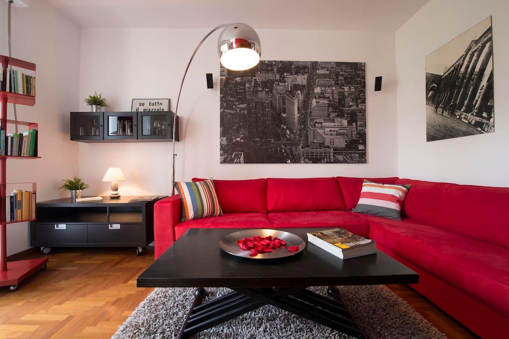 Il divano può ospitare comodamente fino a 6 persone
