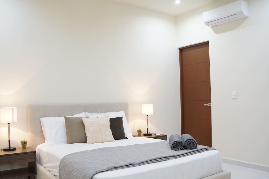 Principal room with private bathroom, walking closet, air conditioner, bed lamps, queen size bed and towels