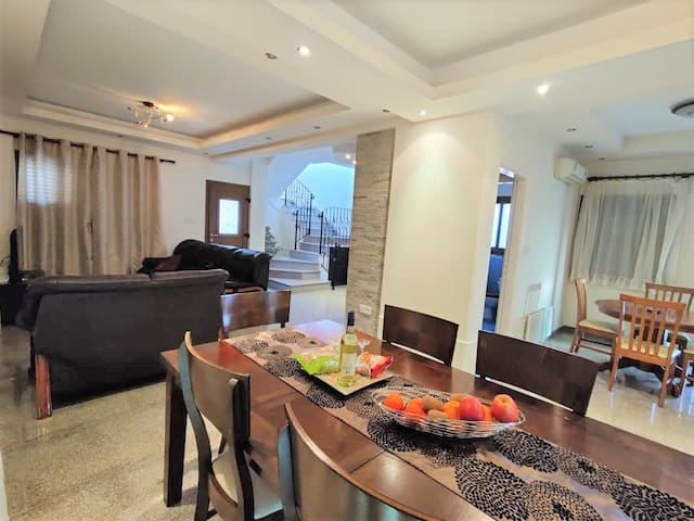 LIMASSOL DASOUDI BEACH VILLA: 3-BDR on two floors