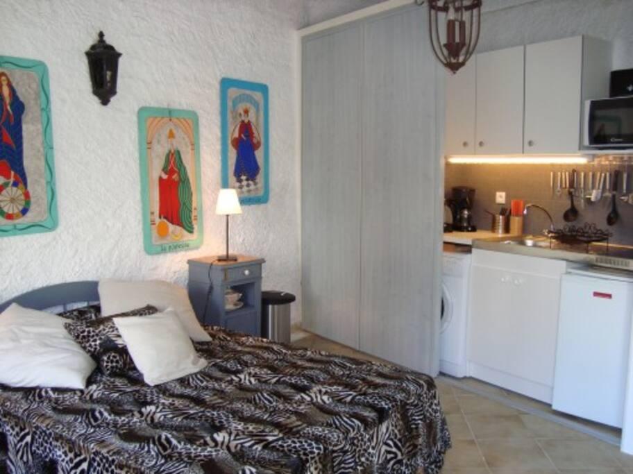Un lit double pour 1 ou 2 personnes avec kitchenette