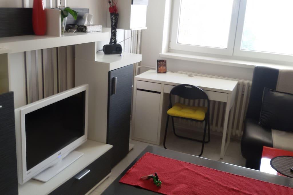 Nappaliban a TV, munkaasztal es az ablak