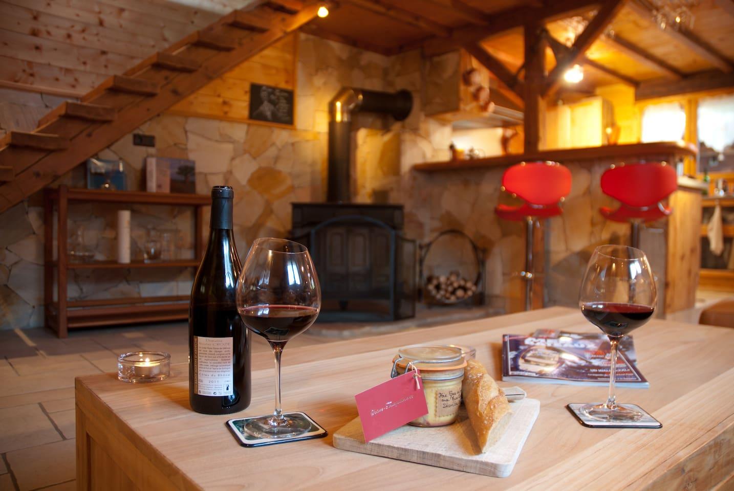 Salon côté Cheminée, Cuisine ouverte et Breakfast Bar / Lounge area by the fireplace and Breakfast Bar