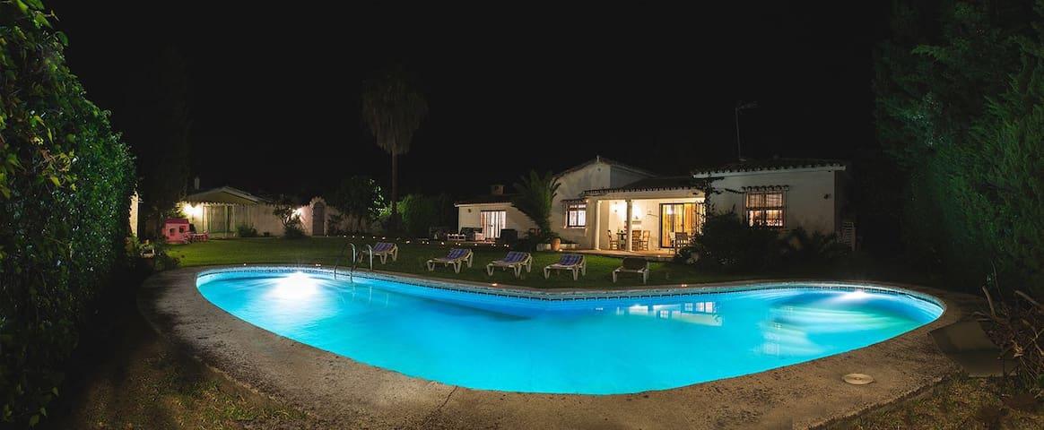 Casa con piscina privada en primera linea de playa - Estepona - Huis