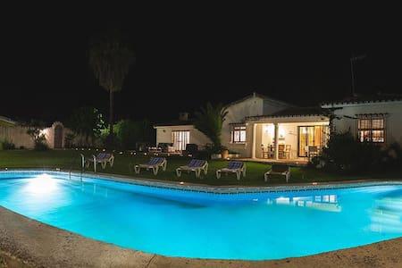 Casa con piscina privada en primera linea de playa - Estepona