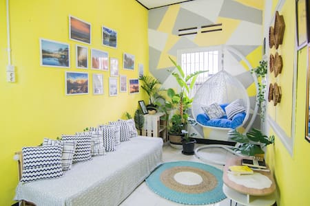 A cozy spacious Yellow House | 10min to Malioboro