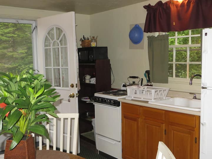 1 bdrm 4ppl apartment,stairs,pool,no meals,deck