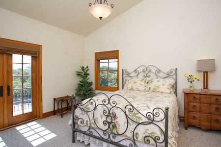 Sunrise Room - 1 of 3 Master Suites - Bonsall - Hus