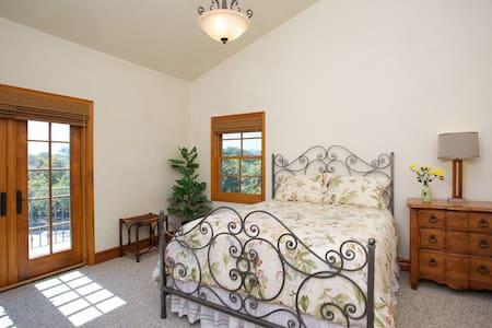 Sunrise Room - 1 of 3 Master Suites - Ev