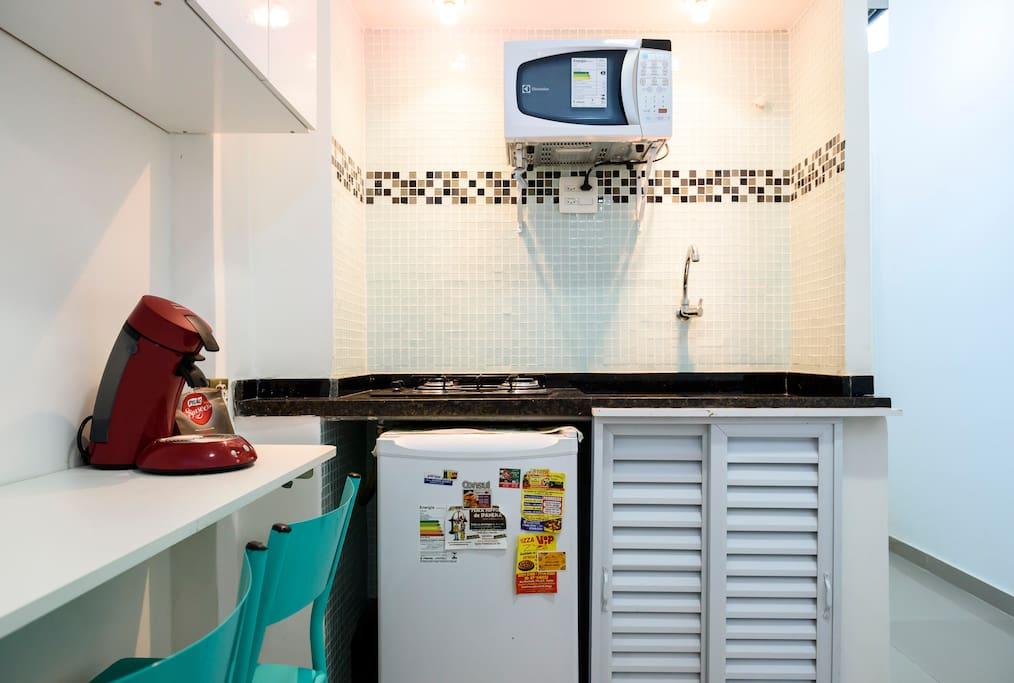 Frigobar cônsul, fogão cooktop da marca Venax com dois queimadores, cafeteira expresso Philips, forno de microondas 20 litros Electrolux.