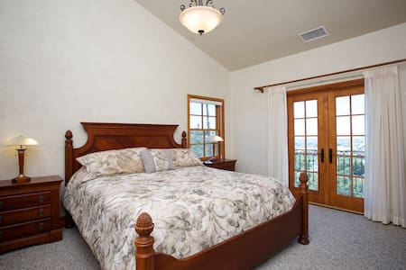 Moon Room - 1 of 3 Master Suites - Bonsall - Hus