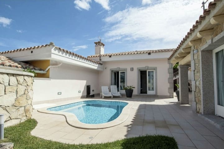 Charming villa few steps from the exclusive beach of Cala Sinzias