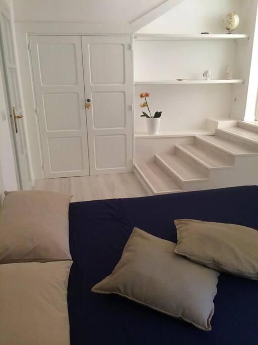 Una rilassante stanza da letto per due in stile total white