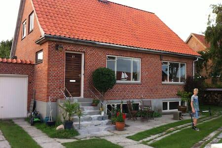 Dejlig murermestervilla og terrasse - Logstor - House