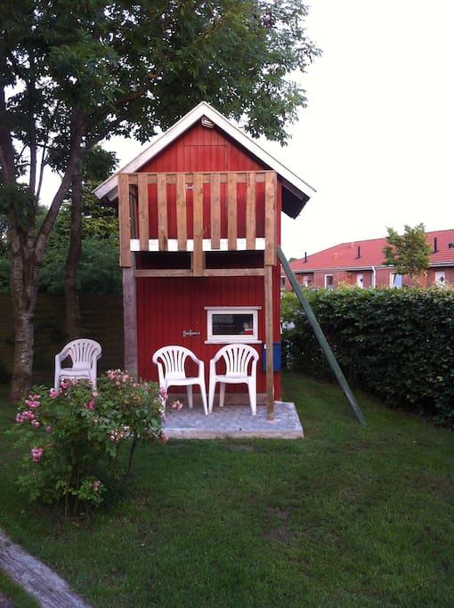 gæstehus med altan og dobbeltseng evt. til de små