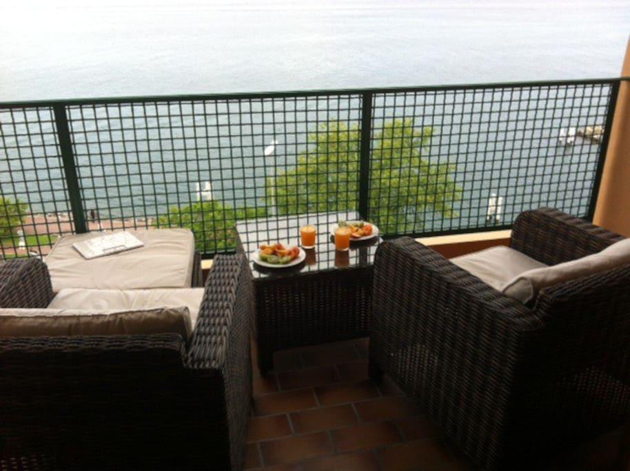 Petit déjeuner sur le balcon.