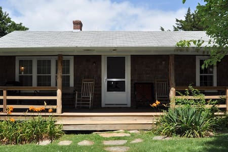 Classic New England Beach Cottage - Westport - Casa