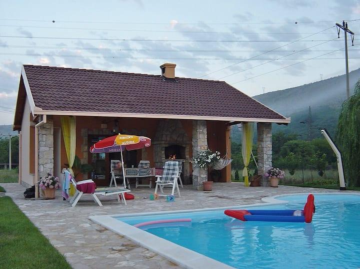 Kuca za obiteljski odmor, bazen,ljetna kuhinja