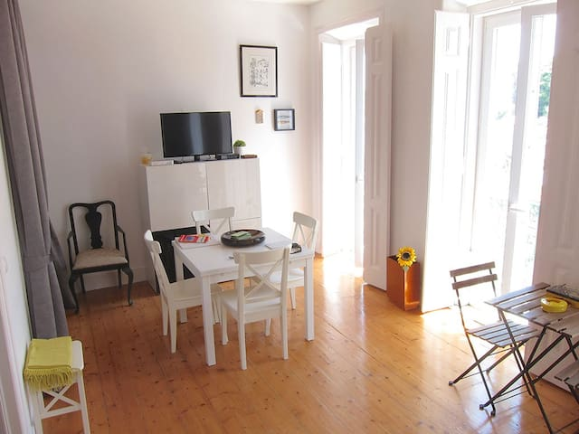 dining room up to 6 people with cable tv and wifi