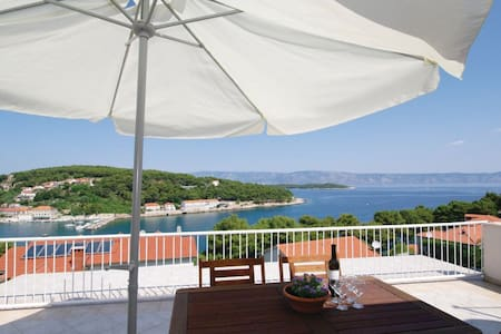 Spacious apartment with magical harbour view - Jelsa