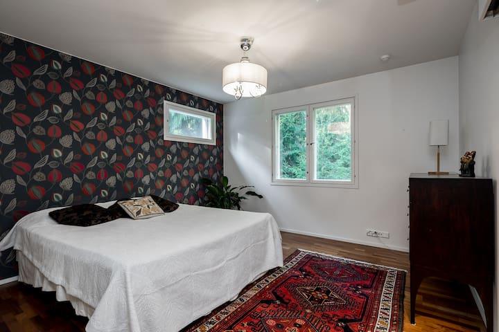Bedroom 1; 1. floor. Queen size bed (160x200 cm). An elegant and spacious room with walk-in-closet.