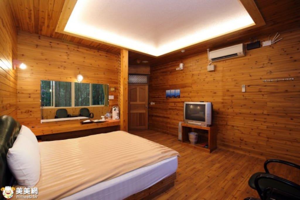 房間內有獨立空調、衛浴,提供電視、免費wifi、熱水壺、梳妝台、盥洗用具等。