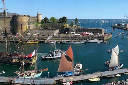 Chambre vue sur le château & la rade/Sea view room - Brest - Apartment