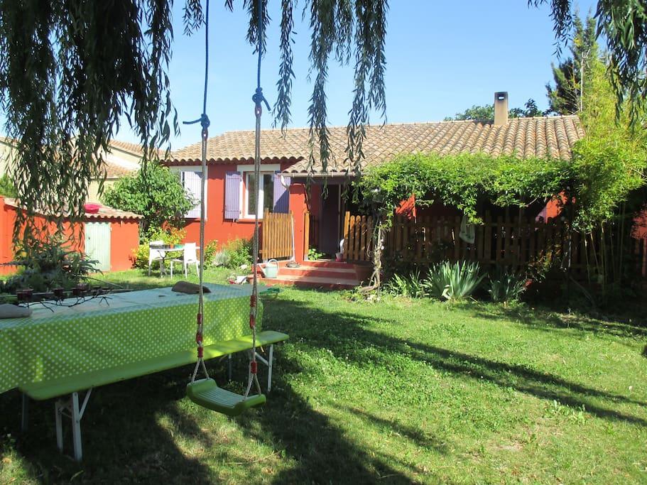 Le jardin, plein sud, clos sans vis-a-vis ombré d'un grand saule avec ses transats, sa cabane, trampoline...