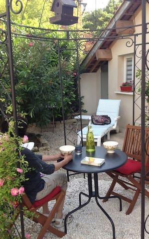 Dépendance dans un jardin arboré - Montpellier - Huis