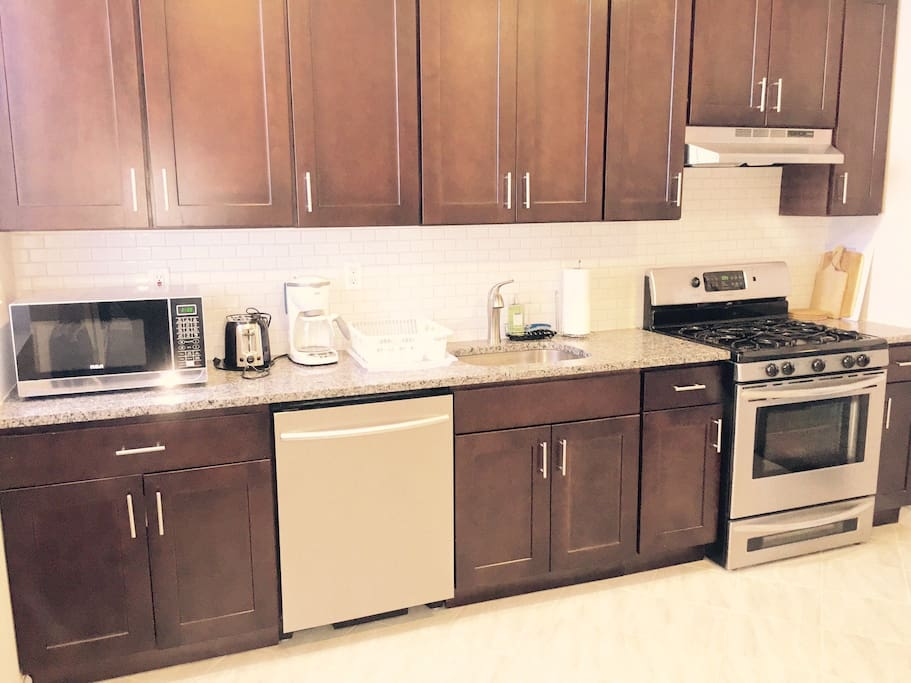 Kitchen with Dishwasher, stove, refrigerato, microwave, toaster, coffee machine/ Cucina con lavastoviglie, frigo, stufa, forno micro-onde, tostapane e macchina per caffe'